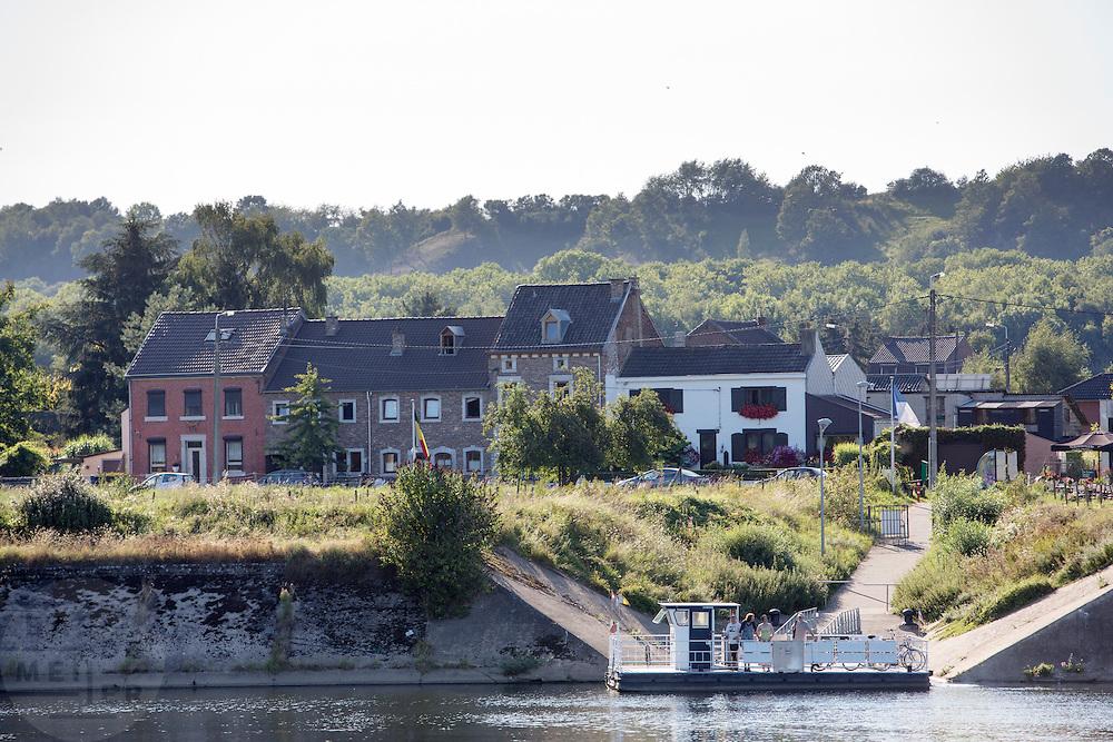 Het veerpontje voor fietsers en wandelaars tussen Eijsden en Belgie over de Maas.<br /> <br /> The ferry for cyclists and pedestrians between Eijsden and Belgium on the Meuse.