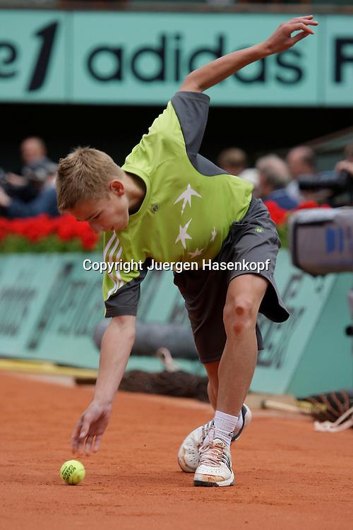 French Open 2009, Roland Garros, Paris, Frankreich,Sport, Tennis, ITF Grand Slam Tournament,<br /> Balljunge rollt den Ball zurueck,Bewegungsunschaerfe<br /> <br /> Foto: Juergen Hasenkopf