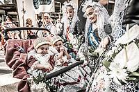 Le mot «feria», qui désignait à l'origine une manifestation économique bien souvent agricole, signifie encore «foire». <br /> Dans le domaine des loisirs, une «feria» est toujours rattachée à un cycle despectacles taurins, ainsi que les festivités qui accompagnent lescourses de taureaux. <br /> L'origine de la férie est toujours liée à unefête votive,comme laFeria de San Isidro, patron de la cité de Madrid. <br /> La feria rend hommage à un laboureur qui faisait la charité avec sa femme Maria Torribia, bien qu'ils fussent eux-mêmes dans le plus grand dénuement.<br /> Vers le milieu du XIXe siècle, de nombreuses femmes d'agriculteurs gitans ont commencé à fréquenter ces foires vêtues de leurs longues robes faites à la main à partir de vieux vêtements. Elles étaient souvent ornées de volants afin de rendre les tissus simples plus beaux et plus esthétiques.<br /> EnAndalousie, les plus anciennes ferias correspondent à l'ancienneté des arènes notamment la ville deJerez de la Fronteradont lesarènescomptent parmi les plus anciennes d'Espagne. <br /> Malagaoffre au mois d'août laFeria de Málaga, comme pratiquement toutes les villes des régions autonomes espagnoles possédant des arènes de première, deuxième ou troisième catégorie. <br /> En 2003, en Espagne, on comptait 598 spectacles taurins majeurs (corridas formelles) et mineurs (novilladas,becerradas), et 1146 spectacles taurins populaires comprenant les lâchers de taureaux, lestoro de fuego. <br /> En 2004, on comptait 810 corridas formelles, 555 novilladas piquées, 380 rejoneos, et 187 spectacles mixtes ou festivals piqués.<br /> Contrairement à ce que l'on pourrait penser, les ferias ne sont pas l'apanage de l'Europe. On trouve des ferias en Amérique latine (Mexique, Pérou, Colombie et Venezuela). Au Mexique, la plus grande feria est la feria nationale de San Marcos, la plus ancienne du pays. Sa première édition a eu lieu en 1604.