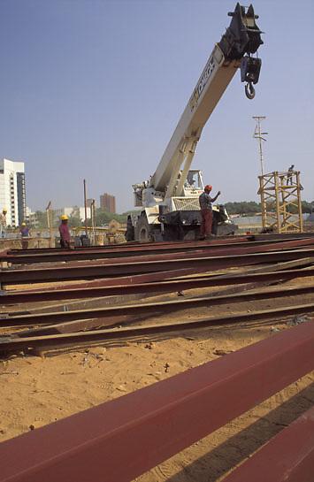 Grua cargando vigas de acero en construccion, Maracaibo, Estado Zulia, Venezuela
