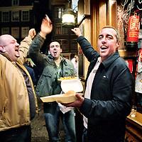 Nederland, Amsterdam,15 november 2006..Engelse voetbalsupporters voor café Sailor op de Ouderzijds Achterburgwal voor aanvang van de oefenwedstrijd  Nederland-Engeland.
