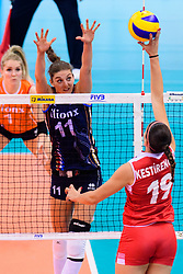 12.06.2018, Porsche Arena, Stuttgart<br /> Volleyball, Volleyball Nations League, Türkei / Tuerkei vs. Niederlande<br /> <br /> Block Anne Buijs (#11 NED) - Angriff Ceren Kestirengoz (#19 TUR)<br /> <br /> Foto: Conny Kurth / www.kurth-media.de