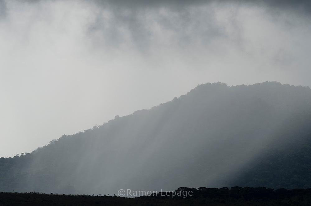 """AUYANTEPUY, VENEZUELA. Lluvia entrando al Tepuy. El Auyantepuy es el mayor de los tepuis del Parque Nacional Canaima. En sus 700 kms2 alberga el salto angel o conocido por lengua indígena Pemon como """"Kerepacupai Vena; es la caída de agua más grande del mundo con sus 979 metros de altura. (Ramon lepage /Orinoquiaphoto/LatinContent/Getty Images)"""