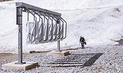 THEMENBILD - ein Mitarbeiter der Gletscherbahnen beim einsammeln von Müll neben einer Skidata Skipass Kontrolle am Kitzsteinhorn, aufgenommen am 16. Juli 2019 in Kaprun, Österreich // an employee collecting garbage next to a Skidata ski pass control at the Kitzsteinhorn, Kaprun, Austria on 2019/07/16. EXPA Pictures © 2019, PhotoCredit: EXPA/ JFK