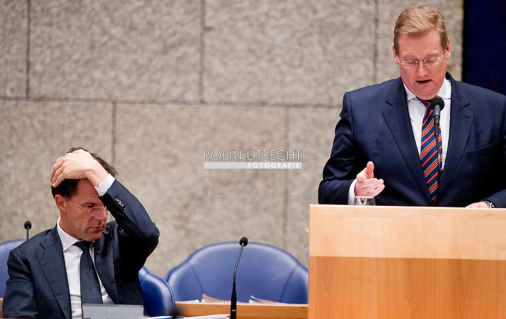 den haag - Veiligheidsminister Ard van der Steur heeft tijdens het debat over de aanslagen in Brussel toch het boetekleed aangetrokken. Hij beloofde de Tweede Kamer te tonen dat zijn aanpak van het terrorisme ,,zichtbaar verandert''. Hij gaat overal beter op zitten en hij zal ook pro-actiever worden, beloofde hij. De Tweede Kamer debatteert met premier Mark Rutte en minister Ard van der Steur (Veiligheid en Justitie) over de aanslagen in Brussel. Van der Steur kwam in opspraak nadat was gebleken dat hij de Tweede Kamer verkeerd heeft ingelicht over Amerikaanse terreurinformatie.  copyright robin utrecht  *