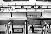 Duitsland, Berlijn, oost, 1-7-1990Op 1 juli 1990 werd de duitse monetaire eenwording effectief. De burgers van de ddr konden hun marken, ostmarken, inwisselen tegen de west-duitse mark, in winkels vond een grote operatie plaats om prijzen aan te passen en westerse producten in de schappen te leggen. Foto: Flip Franssen/Hollandse Hoogte