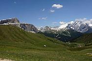 MONTAGNA ,a sinistra il Passo del Pordoi e La  Marmolada, La Regina delle Dolomiti, PARTE DEL PATRIMONIO  DELL'UNESCO, Valle di Fassa  25-06-2010 © Foto Daniele Mosna