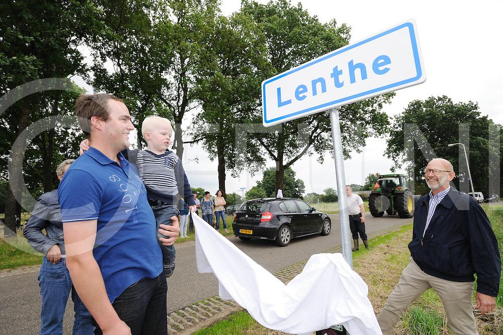 DALFSEN /LENTHE- Onthulling bord..Foto: Onthulling bord door jongste inwoner van Lenthe en voorzitter Jan Vesseur..FFU PRESS AGENCY COPYRIGHT FRANK UIJLENBROEK.