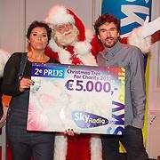 NLD/Hilversum/20151207- Sky Radio's Christmas Tree for Charity, Dyanne Beekman en Mari van de Ven winnen de 2e prijs voor de Hartstichting