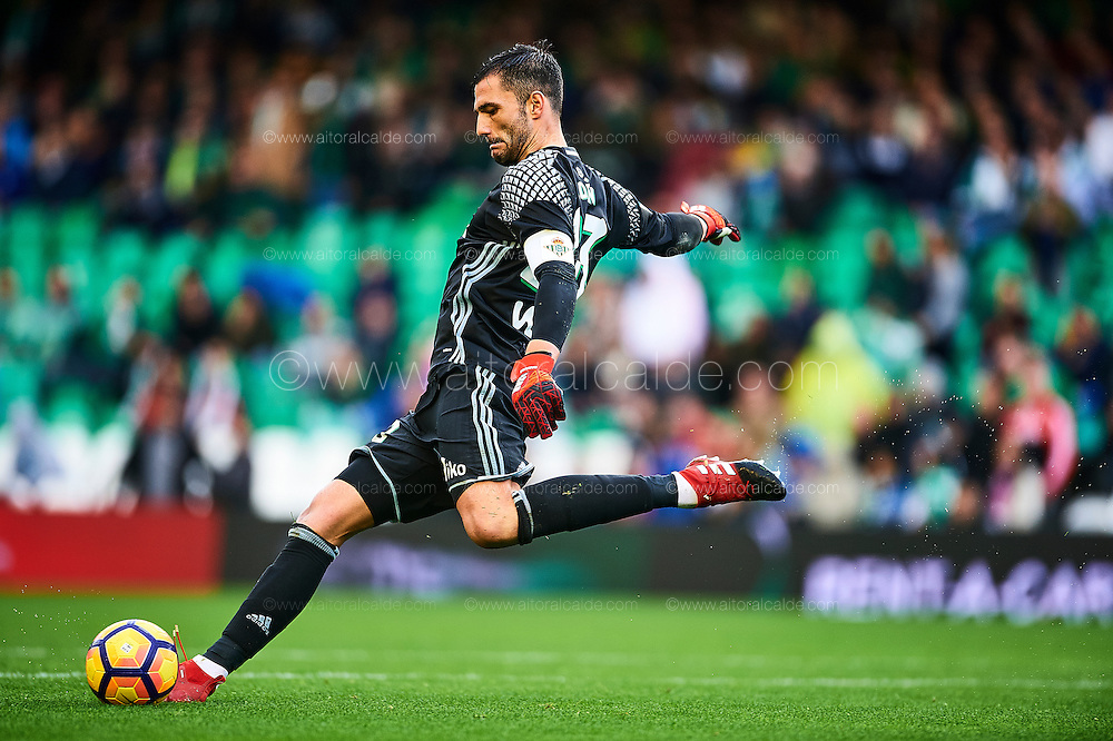 SEVILLE, SPAIN - DECEMBER 04:  Antonio Adan of Real Betis Balompie in action during La Liga match between Real Betis Balompie an RC Celta de Vigo at Benito Villamarin Stadium on December 4, 2016 in Seville, Spain.  (Photo by Aitor Alcalde Colomer/Getty Images)