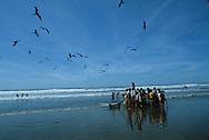 El Salvador. El Cuco Beach . daily life, families      / plage de El Cuco , famille vie quotidienne    Salvador  / SALV34105 2B