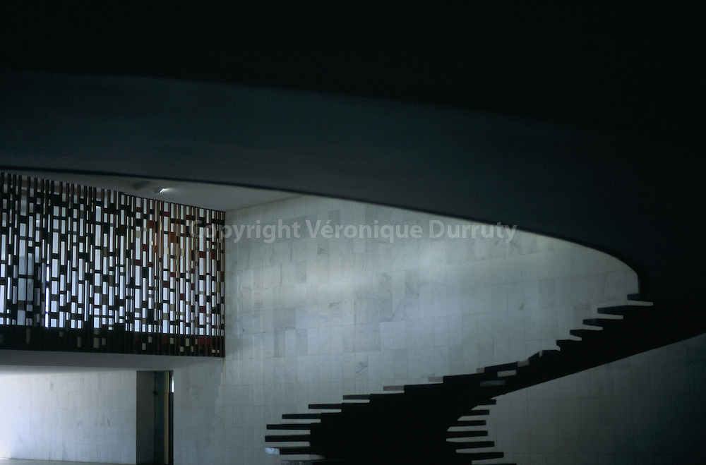 La nouvelle capitale, Brasilia, a été construite à partir de 1957 sur un site inhabité. L'architecte Oscar Niemeyer a conçu la quasi totalité des bâtiments de la ville. Les ministères de la ville sont tous les mêmes  car Oscar Niemyer souhaitait montrer ainsi que chacun avait la même importance. Exception est faite pour le Palais d'Itamaraty ( Palacio d'Itamaraty) ministère des affaires étrangères...La nouvelle capitale, Brasilia, a été construite à partir de 1957 sur un site inhabité. L'architecte Oscar Niemeyer a conçu la quasi totalité des bâtiments de la ville. Les ministères de la ville sont tous les mêmes  car Oscar Niemyer souhaitait montrer ainsi que chacun avait la même importance. Exception est faite pour le Palais d'Itamaraty ( Palacio d'Itamaraty) ministère des affaires étrangères.
