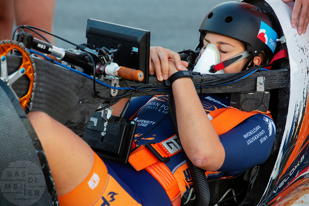 De Velox tijdens de eerste racedag in Battle Mountain. Het Human Power Team Delft en Amsterdam, dat bestaat uit studenten van de TU Delft en de VU Amsterdam, is in Amerika om tijdens de World Human Powered Speed Challenge in Nevada een poging te doen het wereldrecord snelfietsen voor vrouwen te verbreken met de VeloX 8, een gestroomlijnde ligfiets. Het record is met 121,81 km/h sinds 2010 in handen van de Francaise Barbara Buatois. De Canadees Todd Reichert is de snelste man met 144,17 km/h sinds 2016.<br /> <br /> With the VeloX 8, a special recumbent bike, the Human Power Team Delft and Amsterdam, consisting of students of the TU Delft and the VU Amsterdam, wants to set a new woman's world record cycling in September at the World Human Powered Speed Challenge in Nevada. The current speed record is 121,81 km/h, set in 2010 by Barbara Buatois. The fastest man is Todd Reichert with 144,17 km/h.