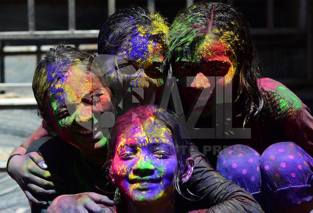 ALLAHABAD, INDIA, 24.03.2016 - FESTIVAL-CORES - Indianos se pintam com tinta em pó durante o Holi (Festival das Cores) em Allahbad na India, nesta quinta-feira, 24. A festa comemora a chegada da Primavera. (Foto: Prabhat Kumar Verma/Brazil Photo Press)