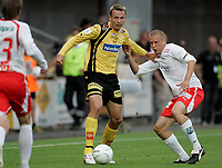 Fotball , 12. august 2006, Tippeligaen Eliteserien , Åråsen Stadion . Lilestrøm LSK - Fredrikstad FFK , LSKs Arild Sundgot i duell med Patrik Gerrbrand Foto: Kasper Wikestad