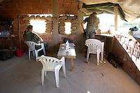 24 AUG 2004, NOVAKE/KOSOVO:<br /> Zwei Bundeswehrsoldaten des Deutschen Einsatzkontingents Kosovo Force, KFOR, in einem Beobachtungsposten am Rande des Dorfes Novake. Novake ist ein Ruecksiedlungsprojekt von Serben in den Kosovo, das von KFOR massiv geschuetzt wird.<br /> IMAGE: 20040824-01-085<br /> KEYWORDS: Soldat, Soldaten, Einsatz, Ausland