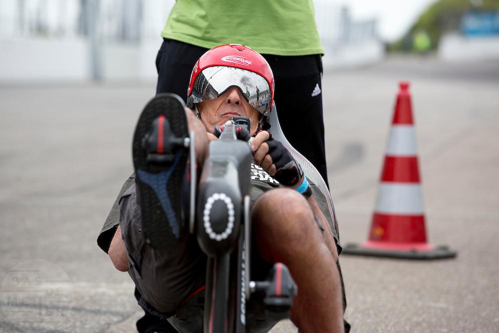 De 74-jarige fietsbouwer Mike Burrows staat klaar voor de start. In Ysselsteyn vindt het jaarlijkse Cycle Vision plaats. Tijdens het evenement van de Nederlandse ligfietsvereniging NVHPV kunnen ligfietsers meedoen aan diverse wedstrijden en andere activiteiten. Geinteresseerden kunnen kennismaken met ligfietsen en diverse modellen proberen.