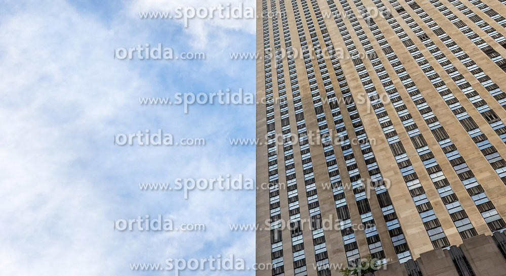 THEMENBILD - Das Rockefeller Center ist ein Gebaeudekomplex aus 19 Geschäftsgebäuden zwischen der 48th und der 51st Street in New York City. Beauftragt von der Rockefeller Familie steht es in Midtown Manhattan und nimmt das Gebiet zwischen Fifth Avenue und Sixth Avenue ein, im Bild ist die Sued Seite des 30 Rockefeller Center, Aufgenommen am 08. August 2016 // Rockefeller Center is a complex of 19 commercial buildings between 48th and 51st Streets in New York City. Commissioned by the Rockefeller family, it is located in the center of Midtown Manhattan, spanning the area between Fifth Avenue and Sixth Avenue. This picture shows the south side of the 30 Rockefeller Center, New York City, United States on 2016/08/08. EXPA Pictures © 2016, PhotoCredit: EXPA/ Sebastian Pucher