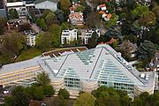 Nederland, Noord-Holland, Hilversum, 28-04-2010; AKN-gebouw aan de 's Gravelandseweg, het gebouw huisvest de samenwerkende omroepen AVRO, KRO en NCRV. Het gebouw heeft verschillende glazen serres, architekt Jan Hoogstad.AKN-building houses the cooperating broadcasters AVRO, KRO and NCRV. The building has several glass conservatories .luchtfoto (toeslag), aerial photo (additional fee required).foto/photo Siebe Swart
