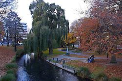 Chirstchurch é a segunda maior cidade da Nova Zelândia e um das mais importantes da Ilha Sul. Apesar de ser a cidade que mais cresceu nos últimos anos, ela também oferece locais calmos e belos para relaxar. Durante o outono, plátanos e árvores típicas do país proporcionam uma bela paisagem, tornando-se local perfeito para descanso e namoro. FOTO: Lucas Uebel/Preview.com