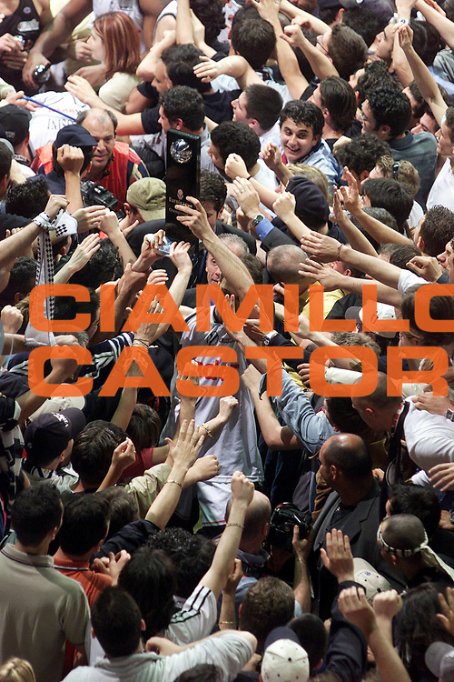 DESCRIZIONE : BOLOGNA EUROLEGA STAGIONE 2000-2001 FINALE GARA 5 GIOCATORE : ABBIO ALZA LA COPPA SQUADRA : KINDER VIRTUS BOLOGNA DATA : 2010-01-06CATEGORIA : SPORT :  AUTORE : AGENZIA CIAMILLO & CASTORIA/G.Ciamillo