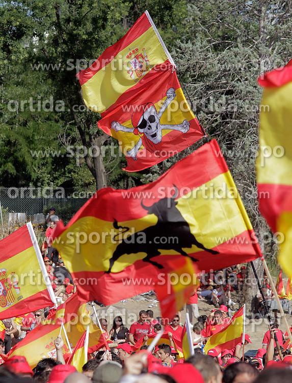 12.07.2010, Madrid, Spanien, ESP, FIFA WM 2010, Empfang des Weltmeisters in Madrid, im Bild Spanische Fans feierten den ersten WM Titel und ihre Mannschaft, Flaggen, EXPA Pictures © 2010, PhotoCredit: EXPA/ Alterphotos/ Acero / SPORTIDA PHOTO AGENCY
