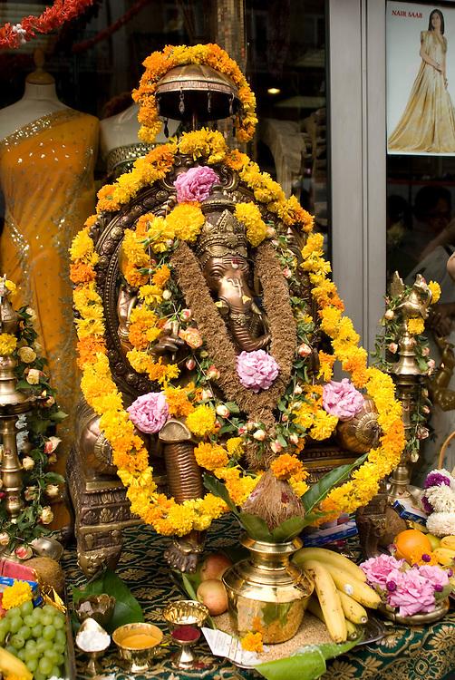 Grand d&eacute;file du char de Ganesh pour l'anniversaire du Dieu &agrave; t&ecirc;te d&rsquo;&eacute;l&eacute;phant qui l&egrave;ve les obstacles et apporte la prosp&eacute;rit&eacute;. Les commer&ccedil;ants du quartier installent des autels en son honneur devant leur boutique. <br /> <br /> Ganesh parade in honnor of the god with an elephant head birthday, known to remove obstacles and bring prosperity.
