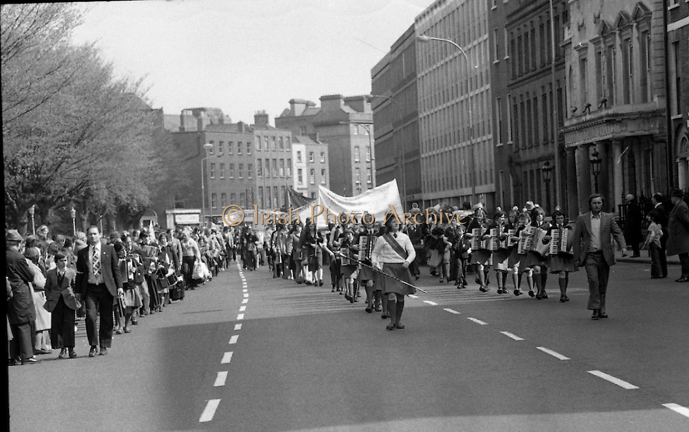 Sinn Fein (Provo) Dublin Parade.   K22..1976..25.04.1976..04.25.1976..25th April 1976..Sinn Fein held an Easter Rising Commemorative  parade..The parade started at St Stephens Green, Dublin and proceeded through the streets to the G.P.O.in O'Connell Street, the scene of the centre of the 1916 uprising..Image shows the parade setting out on the way to the G.P.O.