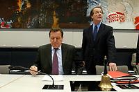 17 DEC 2002, BERLIN/GERMANY:<br /> Gerhard Schroeder (L), SPD, Bundeskanzler, und Franz Muentefering (R), SPD Fraktionsvorsitzender, vor Beginn der Sitzung der SPD Bundestagsfraktion, Deutscher Bundestag<br /> IMAGE: 20021217-01-002<br /> KEYWORDS: Fraktionssitzung, Gerhard Schröder, Franz Müntefering,