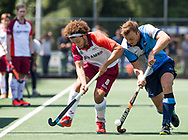 AMSTELVEEN -  Floris Kuiper (Almere) met Hjalmar Koedijker (Hurley)   Play Offs / Outs Hockey hoofdklasse.  Hurley-Almere (0-1) . Almere wint blijft in de hoofdklasse. COPYRIGHT KOEN SUYK