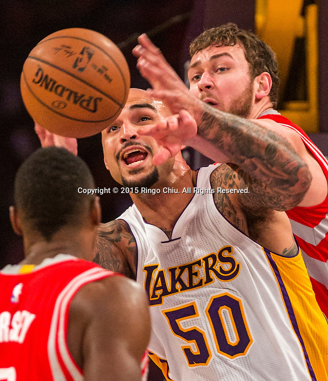 1月25日,洛洛杉磯湖人隊中鋒羅伯特&middot;聖(50) 在比賽中在比賽中與休斯頓火箭隊前鋒多納塔斯&middot;莫泰尤納斯(20)爭球。當日,在2014-2015賽季NBA常規賽中,洛杉磯湖人隊主場以87比99不敵休斯頓火箭。(新華社發 趙漢榮攝)<br /> Los Angeles Lakers center Robert Sacre (50) and Houston Rockets forward Donatas Motiejunas (20) battle for a loose ball during their NBA game at Staples Center in Los Angeles, California on January 25, 2015 . Rockets defeated Lakers 99-87. (Xinhua/Zhao Hanrong)<br /> Photo by Ringo Chiu/PHOTOFORMULA.com)