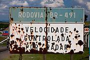 Varginha_MG, Brasil...Placa enferrujada em Varginha na BR-491...A rusty sign in Varginha in the BR-491...Foto: LEO DRUMOND / NITRO.....