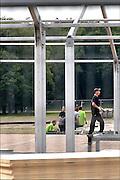 Nederland, Nijmegen, 21-9-2015 Met hoge snelheid worden te tenten gebouwd voor de noodopvang van 3000 asielzoekers  in natuurgebied Heumensoord. 3000 Asielzoekers, vluchtelingen, worden hier tijdelijk gehuisvest in een tentenkamp tot uiterlijk 1 juni 2016. In 1998, werd er ook een noodkamp gevestigd. Destijds werd op Heumensoord onderdak geregeld voor een kleine 1.000 asielzoekers. FOTO: FLIP FRANSSEN/ HH