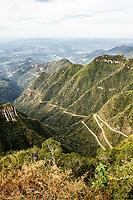 Rodovia SC 438, na Serra do Rio do Rastro. Bom Jardim da Serra, Santa Catarina, Brasil. / Road SC 438, at Rio do Rastro Mountains. Bom Jardim da Serra, Santa Catarina, Brazil.