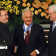 NLD/Middelburg/20060513 - Uitreiking van de Four Freedoms Awards 2006, Uitreiking van de Freedom of Speech and Expression Award aan Carlos Fuentes, door William van den Heuvel en professor Collard