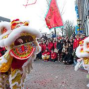 In 2014 valt het Chinees Nieuwjaar op 31 januari. Het Chinees Nieuwjaar valt in 2014 op vrijdag 31 januari en wordt in Amsterdam op zaterdag 1 februari gevierd.2014 is het Jaar van het Paard en dat wordt vandaag uitbundig gevierd in Amsterdam. Volgens de Chinese jaartelling zijn we het jaar 4711 ingegaan.Chinees Nieuwjaar is het belangrijkste feest van de Chinezen en wordt wereldwijd in de Chinese gemeenschappen gevierd. Met veel lawaai en kleur viert de Chinese gemeenschap jaarlijks het Nieuwjaarsfeest op de Nieuwmarkt en op de Zeedijk, waar de Chinese buurt van de hoofdstad is. Leeuwen- en drakendansen moeten de boze geesten verjagen.