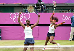 05.08.2012, Wimbledon, London, GBR, Olympia 2012, Tennis, Damen Doppel Finale, im Bild Venus und Serena William (USA) gewinne das Frauendoppel // during Tennis Womens Double Final, at the 2012 Summer Olympics at Wimbledon, London, United Kingdom on 2012/08/05. EXPA Pictures © 2012, PhotoCredit: EXPA/ Freshfocus/ Valeriano Di Domenico..***** ATTENTION - for AUT, SLO, CRO, SRB, BIH only *****