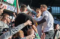 FUSSBALL   1. BUNDESLIGA   SAISON 2013/2014   33. SPIELTAG SV Werder Bremen - Hertha BSC Berlin                  03.05.2014 Aaron Hunt und Sebastian Mielitz (v.l., beide SV Werder Bremen) freuen sich nach dem Abpfiff auf dem Zaun der Ostkurve