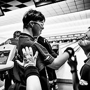 Athlètes d'une equipe de bowling s'encouragent, pendant les Jeux Nationaux Special Olympics 2017 d'Italie, pour handicappés mentaux, à Biella