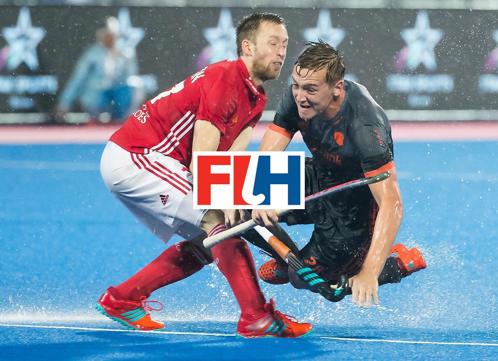 BHUBANESWAR -  Floris Wortelboer (Ned) in duel met Barry Middleton (Eng) tijdens de Hockey World League Finals , de wedstrijd om de 7e plaats, Engeland-Nederland.   COPYRIGHT KOEN SUYK