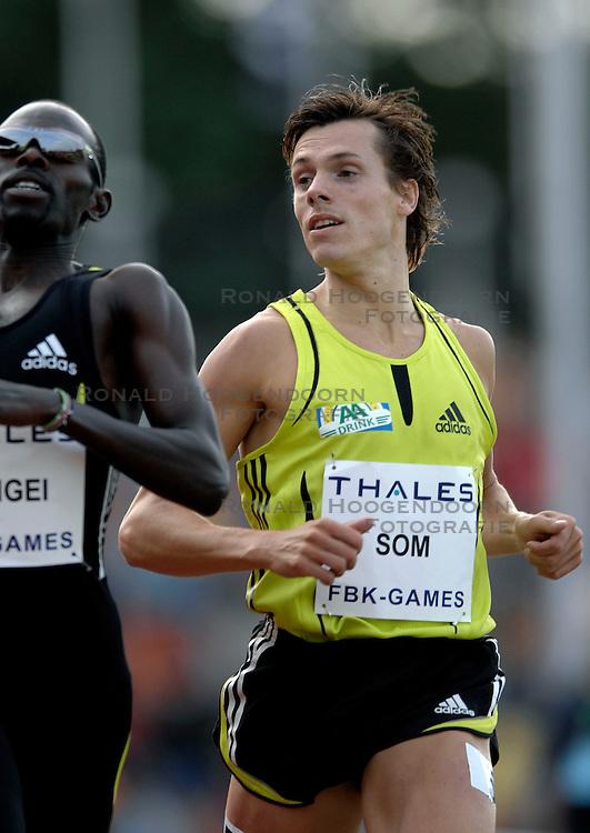 26-05-2007 ATLETIEK: THALES FBK GAMES: HENGELO<br /> 800 meter. Vlnr. Wilfred Bungei KEN en Bram Som - aa drink<br /> ©2007-WWW.FOTOHOOGENDOORN.NL