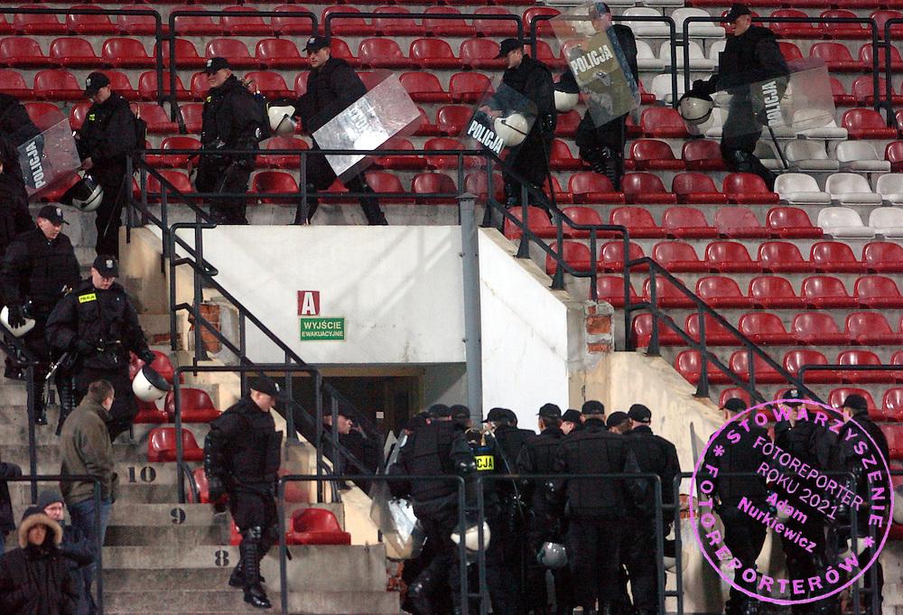 n/z.: Policja podczas meczu Pucharu Polski w Warszawie. Mecz rozgrywany w Warszawie, bo boisko w Plocku nie nadaje sie do gry. Wisla Plock (niebieskie-biale) - Lech Poznan (czarne-pomaranczowe) 0:0; Puchar Polski sezon 2005/2006 , pilka nozna , Polska , Warszawa , 15-03-2006 , fot.: Adam Nurkiewicz / mediasport..Police during Polish Cup soccer match in Warsaw. Match is in Warsaw because football ground in Plock is frozen and damaged after winter. March 15, 2006 ; Wisla Plock (blue-white) - Lech Poznan (black-orange) 0:0; Polish Cup season 2005/2006 , football , Poland , Warsaw ( Photo by Adam Nurkiewicz / mediasport )