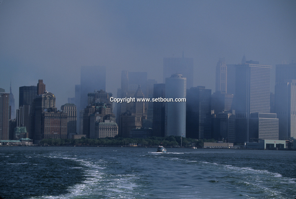 New York 9/11.  The destroyed skyline view from Staten island  Ferry. after the terorist attack on world trade center towers in Manhattan  New york  Usa /   Le skyline detruit vu depuis le staten island ferry . Apres l'attaque terroriste sur les tours du world trade center a Manhattan  New york  USA