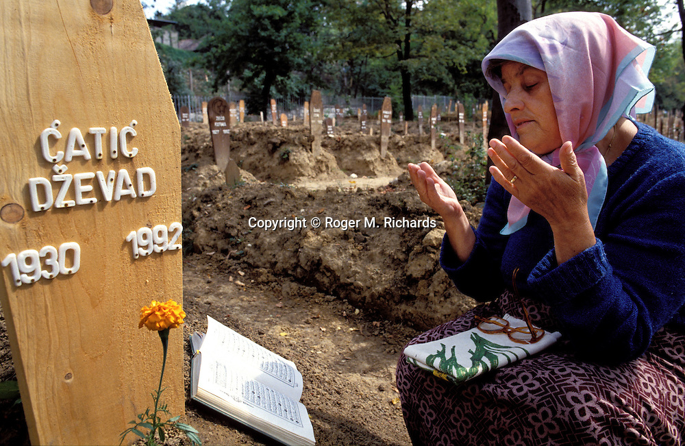 The widow of Dzevad Catic mourns at his grave at Lion Cemetery during the Bosnian Serb siege of Sarajevo, Bosnia and Herzegovina, September 1992. Almost 2,000 children, and over 10,000 people in total were killed in Sarajevo during the 3-1/2 year siege. (Photo by Roger Richards)
