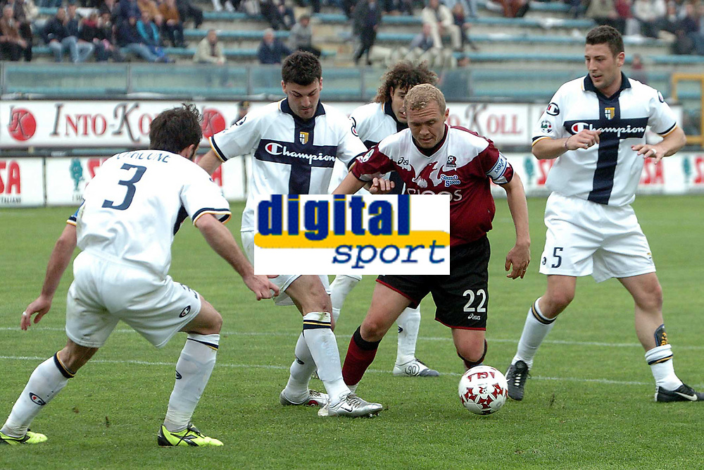 Fotball<br /> Serie A Italia 2004/05<br /> Reggina v Parma<br /> 10. april 2005<br /> Foto: Digitalsport<br /> NORWAY ONLY<br /> Mozart Reggina (C) between Bonera (R), Bovo (L2) and Bolano (L1) Parma