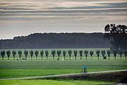 Een bezorger van Deliveroo rijdt op zijn stadsfiets. In Nieuwegein wordt het NK Fietskoerieren gehouden. Fietskoeriers uit Nederland strijden om de titel door op een parcours het snelst zoveel mogelijk stempels te halen en lading weg te brengen. Daarbij moeten ze een slimme route kiezen.<br /> <br /> In Nieuwegein bike messengers battle for the Open Dutch Bicycle Messenger Championship.