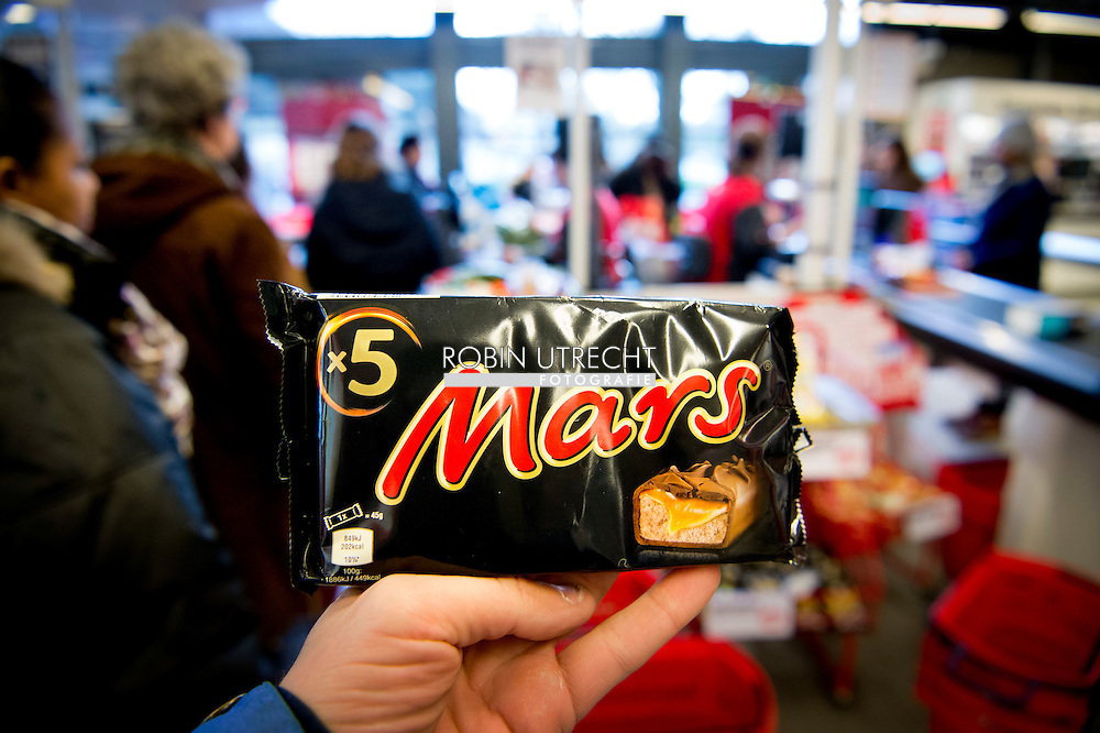 ROTTERDAM - mars marssen liggen gewoon nog in de winkels in rotterdam . Mars Nederland haalt met een omvangrijke actie repen terug uit de winkels en snoepautomaten in het hele land. In een reep in Duitsland zijn stukjes plastic aangetroffen. Niet alleen Marsrepen, maar ook Snickers, Milky Way Mini, Celebrations en Mini Mix worden uit eigen beweging teruggeroepen.US chocolate giant Mars Tuesday ordered a massive international recall of Mars and Snickers bars made at its Dutch factory after a piece of plastic found in one snack was traced back to the site. Millions of chocolate bars were deemed possibly unsafe for consumption in 55 countries after a customer in Germany found a piece of red plastic in his Snickers bar last month. copyright robin utrecht