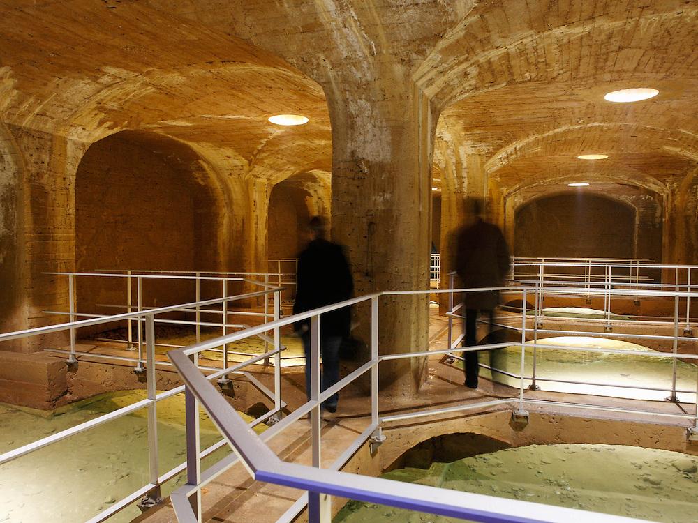 Sources d'eau potable de Cerilly qui alimentent Paris en eau potable via l'aqueduc de la Vanne. le CRECEP, eau publique. reportage sur le CRECEP (Centre de Recherche, d'Expertise et de Controle des Eaux de Paris), a l'occasion de son centenaire (1909_2009). Paris 14e. fevrier 2009. Au CRECEP, des ingenieurs, preleveurs, chimistes, laborantins analysent chaque jour l'eau que nous buvons dans la capitale, pour la protection de la sante publique et la qualite de l'alimentation en eau a Paris.