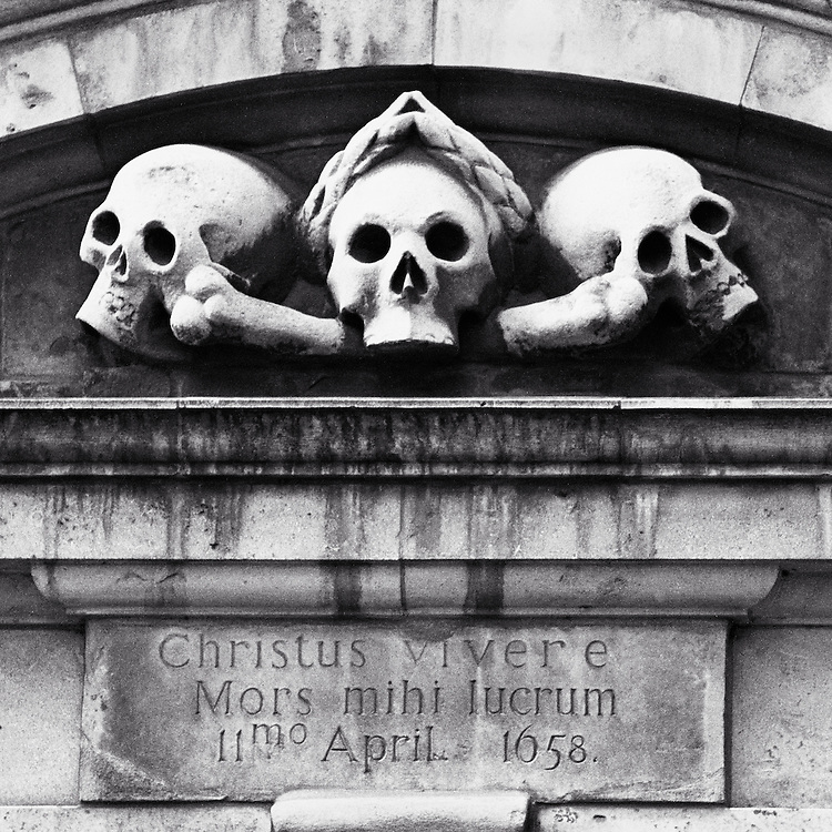 "Latin inscription above entrance to St. Olave Hart Street churchyard, translated as ""For to me, to live is Christ: and to die is gain"", from the Epistle of St Paul to the Philippians 1:21."