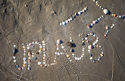 "SYMBOLBILD - der Schriftzug ""Urlaub"" mit Muscheln in Sand geschriebenund einem Krebs, aufgenommen am 23.08.2015 in Caorle, Italien // the lettering ""Urlaub"" written in sand with shells with a crab in Caorle, Italia on 2015/08/23. EXPA Pictures © 2015, PhotoCredit: EXPA/ Jakob Gruber"